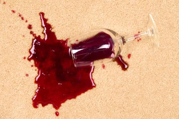 Пятна красного вина на ковре