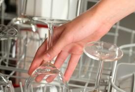 Как мыть стекло: удаление пятен и следов клея со стекла