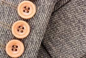 Как чистить пуговицы, молнии и застежки на одежде и аксессуарах?