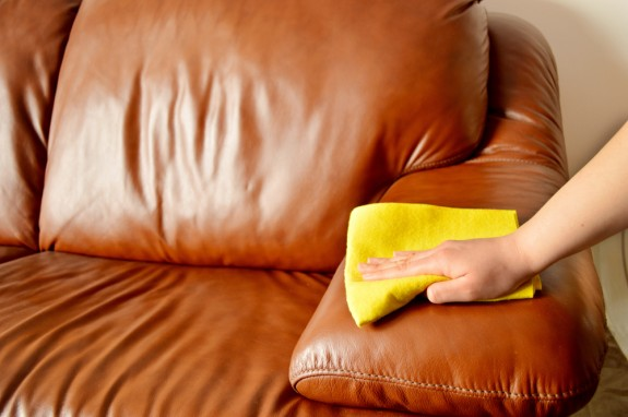 Leather care how to clean leather sofa cleanipedia - Cojines para sofa blanco piel ...