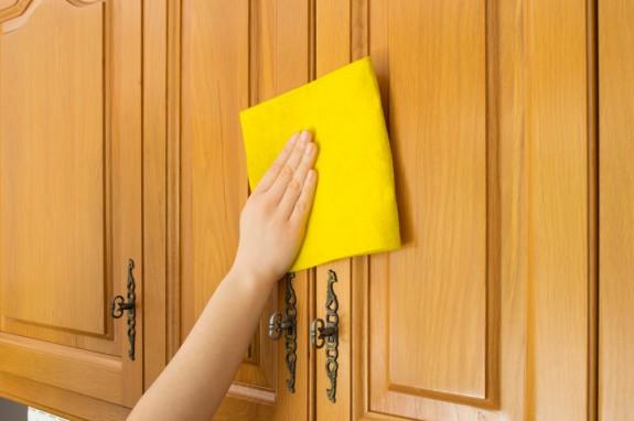 طريقة سهلة لتنظيف حائط المطبخ من الزيوت