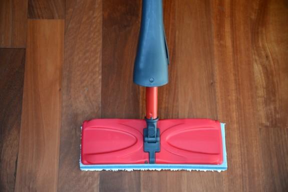Cara membersihkan lantai kayu dan lantai beton