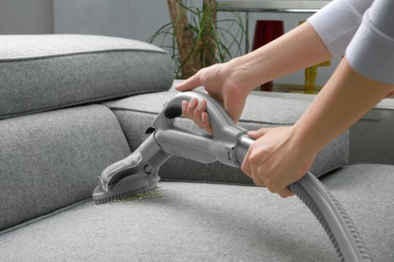 Cara membersihkan sofa bahan kain