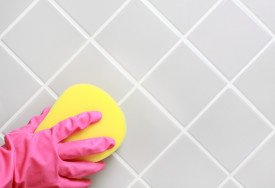 Pemakaian pembersih jamur dan pembasmi lumut di kamar mandi dan dapur