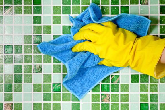 membersihkan kramik kamar mandi