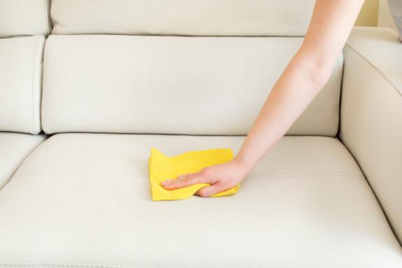 Membersihkan sofa kulit