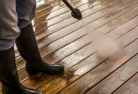 Cara menghilangkan jamur pada kayu lantai teras dan karpet