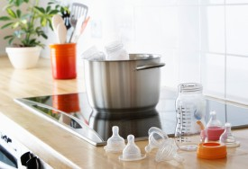 Como esterilizar mamadeiras e outros itens para bebês