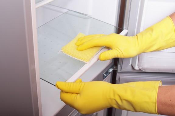 Produtos e materiais para limpar a geladeira
