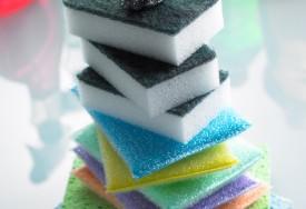 Como limpar esponjas e panos de prato: a higiene correta dos seus utensílios de limpeza