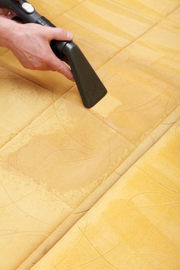 Como limpar um sofá e remover manchas da mobília estofada