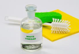 Valkoviinietikka siivouksessa: vinkkejä käyttöön