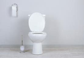Jak odetkać toaletę