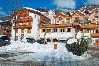 Palace Hotel Ravelli: BUITENKANT PALACE HOTEL RAVELLI MEZZANA SKIRAMA DOLOMITI WINTERSPORT ITALIE SKI SNOWBOARD RAQUETTES SCHNEESCHUHLAUFEN LANGLAUFEN WANDELEN INTERLODGE