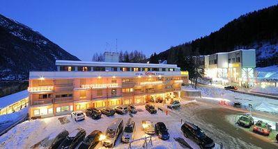 Sporting Hotel Ravelli: BUITENKANT SPORTING HOTEL RAVELLI MARILLEVA 900 MEZZANA SKIRAMA DOLOMITI WINTERSPORT ITALIE SKI SNOWBOARD RAQUETTES LANGLAUFEN INTERLODGE