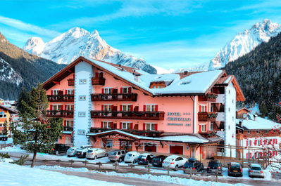 Hotel Cristallo: BUITENKANT HOTEL CRISTALLO CANAZEI WINTERSPORT ITALIE SKI SNOWBOARD RAQUETTES SCHNEESCHUHLAUFEN LANGLAUFEN WANDELEN INTERLODGE