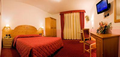 Hotel Cristallo: HOTEL CRISTALLO CANAZEI KAMER WINTERSPORT ITALIE SKI SNOWBOARD RAQUETTES SCHNEESCHUHLAUFEN LANGLAUFEN WANDELEN INTERLODGE
