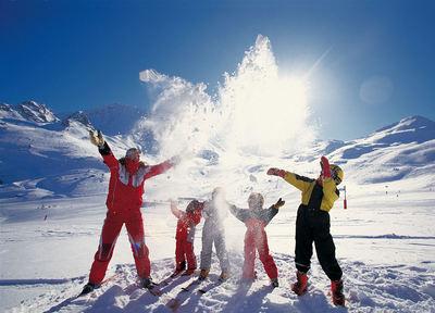 Les Trois Vallées: a SKILERAAR LES TROIS VALLEES FRANKRIJK WINTERSPORT SKI SNOWBOARD RAQUETTE SCHNEESCHUHLAUFEN LANGLAUFEN WANDELEN INTERLODGE