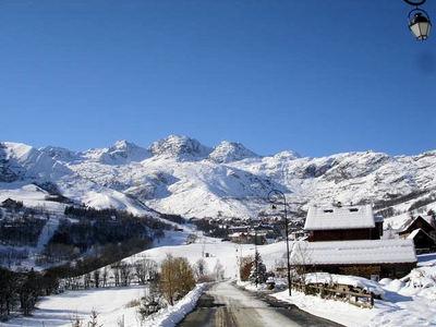 Saint Sorlin d'Arves: ENTREE SAINT SORLIN D ARVES LES SYBELLES WINTERSPORT FRANKRIJK SKI SNOWBOARD RAQUETTES SCHNEESCHUHLAUFEN LANGLAUFEN WANDELEN INTERLODGE