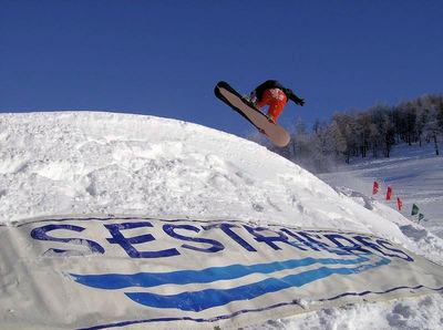 Sestrière: BOARDER SESTRIERE VIA LATTEA ITALIE WINTERSPORT SKI SNOWBOARD RAQUETTES SCHNEESCHUHLAUFEN LANGLAUFEN WANDELEN INTERLODGE