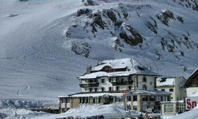 Hotel Savoia: BUITENKANT HOTEL SAVOIA PASSO PORDOI CANAZEI DOLOMITI  WINTERSPORT ITALIE SKI SNOWBOARD RAQUETTES SCHNEESCHUHLAUFEN LANGLAUFEN WANDELEN INTERLODGE