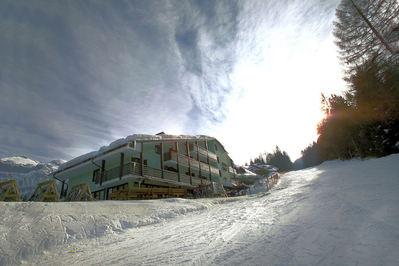 Hotel Alaska: BUITENKANT HOTEL ALASKA FOLGARIDA SKIRAMA DOLOMITI WINTERSPORT ITALIE SKI SNOWBOARD RAQUETTES SCHNEESCHUHLAUFEN LANGLAUFEN WANDELEN INTERLODGE