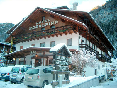 Hotel Rosalpina: BUITENKANT HOTEL ROSALPINA ROCCA PIETORE DOLOMITI SUPER SKI WINTERSPORT ITALIE SKI SNOWBOARD RAQUETTE SCHNEESCHUHLAUFEN LANGLAUFEN WANDELEN INTERLODGE