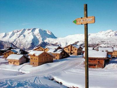 Les Chalets de l'Altiport: BUITENKANT LES CHALETS DE L ALTIPORT ALPE D HUEZ WINTERSPORT FRANKRIJK SKI SNOWBOARD RAQUETTES LANGLAUFEN WANDELEN INTERLODGE