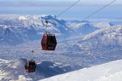 Chamrousse: CABINE CHAMROUSSE UITZICHT OP GRENOBLE WINTERSPORT FRANKRIJK SKI SNOWBOARD RAQUETTES SCHNEESCHUHLAUFEN LANGLAUFEN WANDELEN INTERLODGE