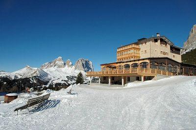Hotel Pordoi: BUITENKANT HOTEL PORDOI PASSO PORDOI CANAZEI DOLOMITI SUPERSKI WINTERSPORT ITALIE SKI SNOWBOARD LANGLAUFEN INTERLODGE