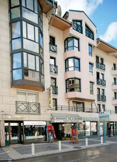 Hotel La Vanoise: BUITENKANT HOTEL LA VANOISE BRIDES LES BAINS LES TROIS VALLEES FRANKRIJK WINTERSPORT SKI SNOWBOARD RAQUETTES SCHNEESCHUHLAUFEN LANGLAUFEN WANDELEN INTERLODGE
