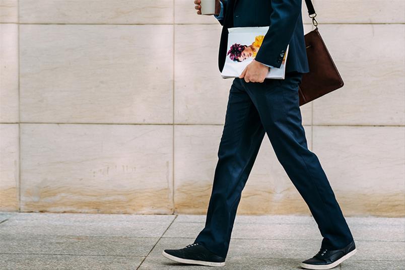 Persona anda al trabajo aumentando su gasto calórico