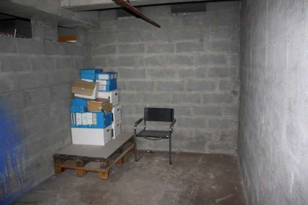 location cave 50 paris 75010. Black Bedroom Furniture Sets. Home Design Ideas