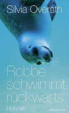 Robbe schwimmt rückwärts