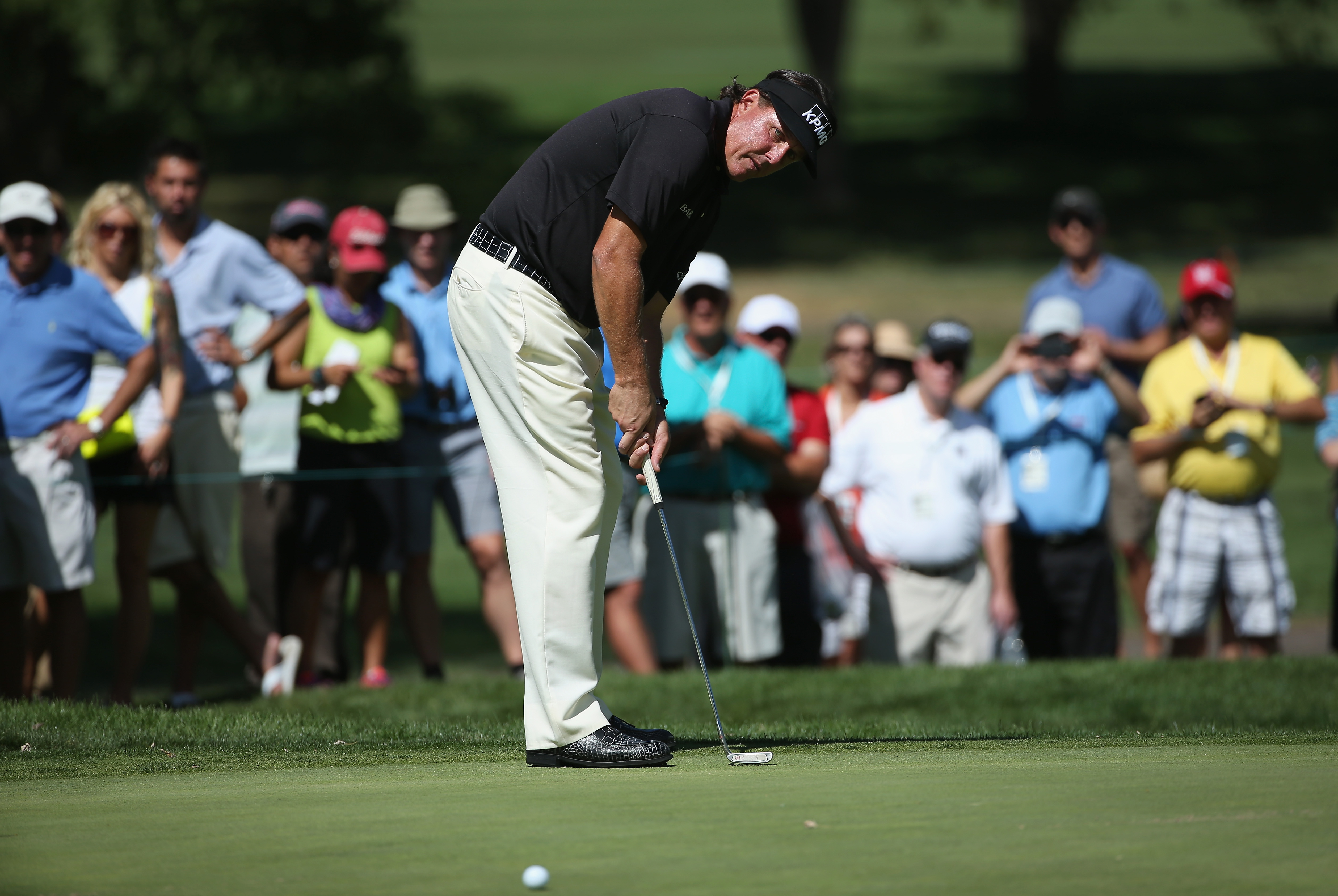Phil Mickelson using the traditional putting grip (Photo: Getty Images