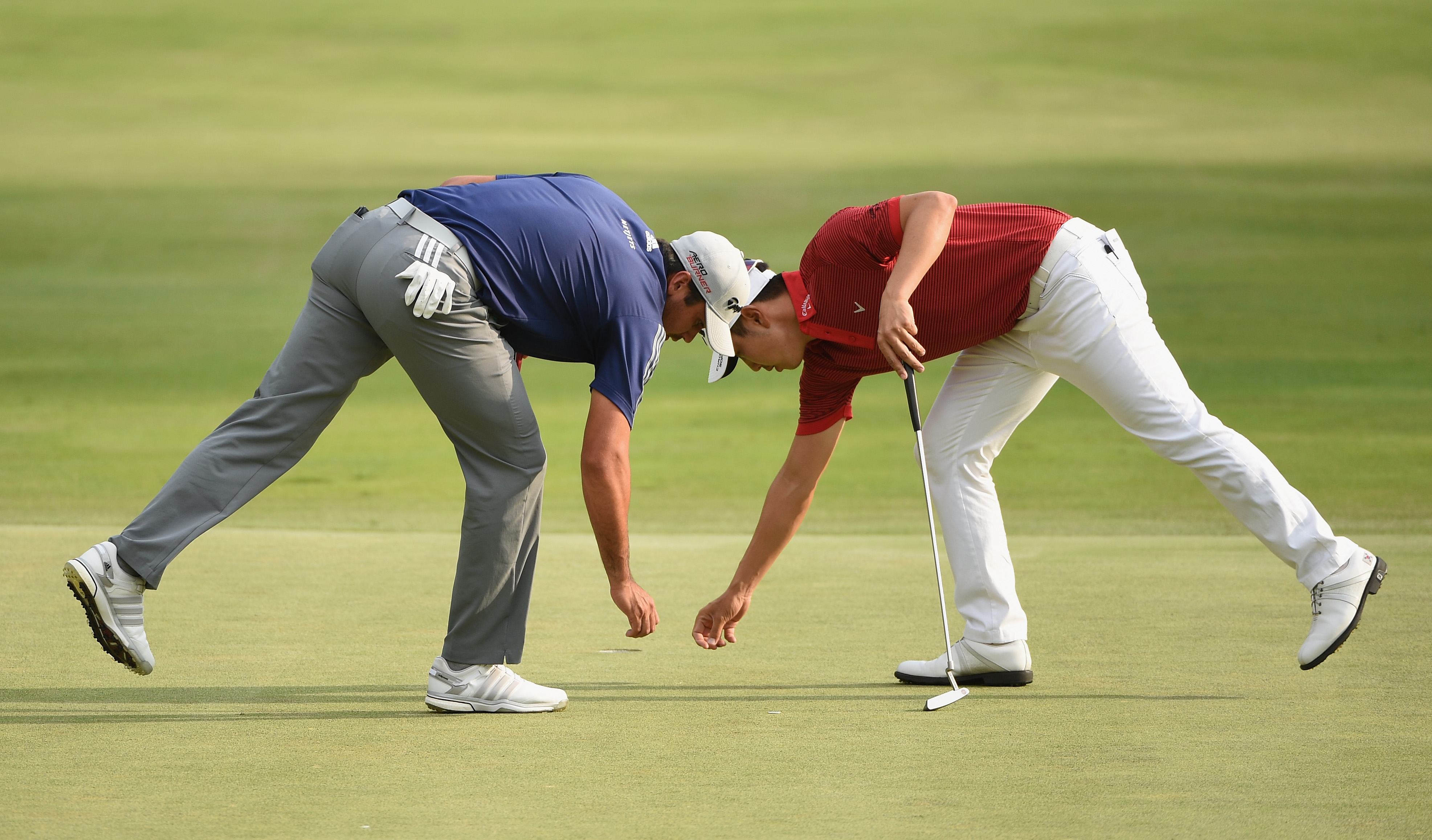 Jason Day and Sang-Moon Bae indulge in a spot of synchro ball-marking at the Barclays (Photo: Ross Kinnaird/Getty Images)