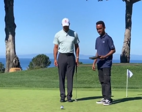 Tiger Woods holes putt with TGR mentee without using his hands!