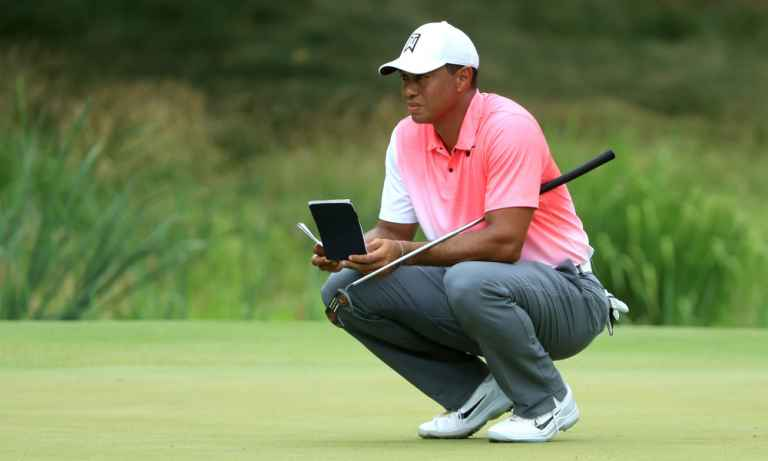 Tiger Woods puts new mallet in play, struggles continue on greens