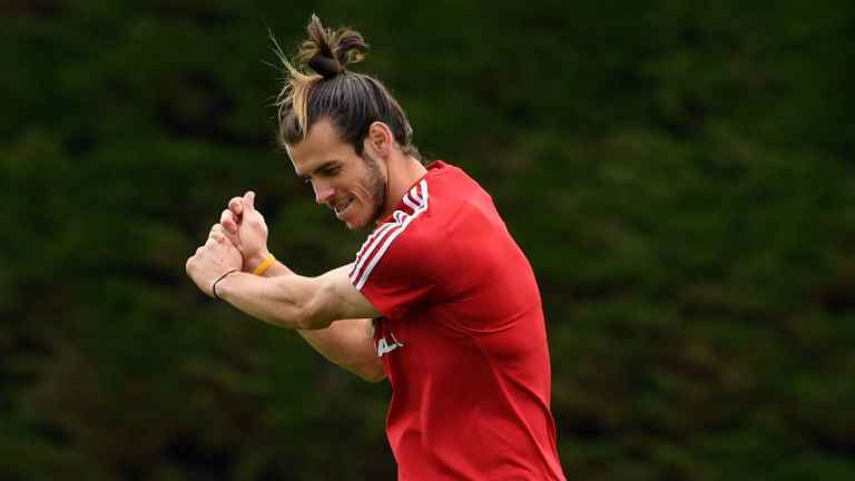Gareth Bale gives his approval to his new 'Wales, Golf, Madrid' song