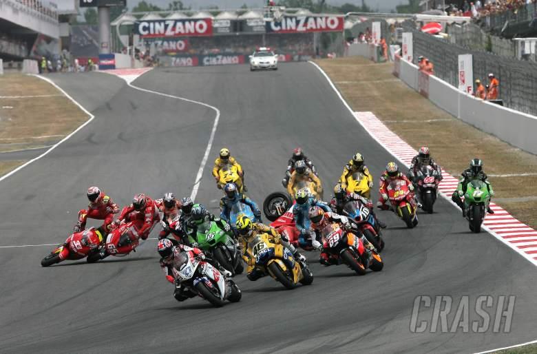First turn crash, Catalunya MotoGP, 2006