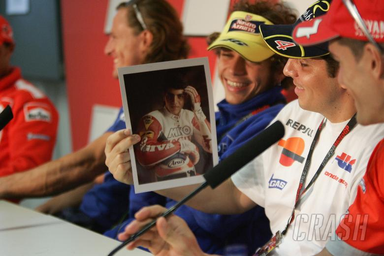 Rossi shows Barros a picture of the Brazilian in his younger days, Portuguese MotoGP, 2004