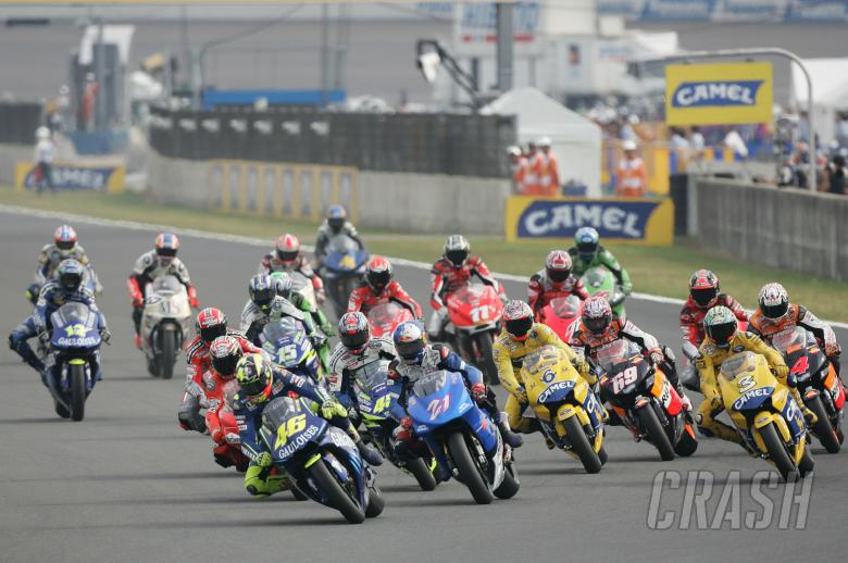 Rossi leads Hopkins at start, Japanese MotoGP Race, 2004