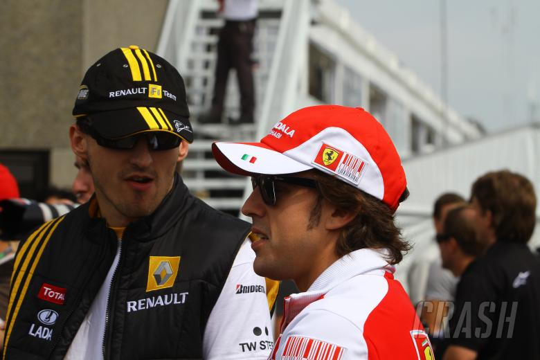 Sunday, Fernando Alonso (ESP), Scuderia Ferrari, F10 and Robert Kubica (POL), Renault F1 Team, R30