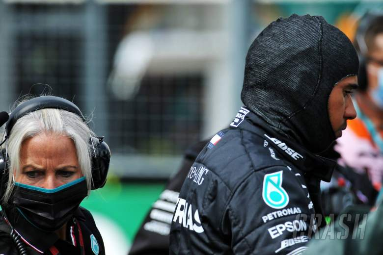 Lewis Hamilton (GBR) Mercedes AMG F1 with Angela Cullen (NZL) Mercedes AMG F1 Physiotherapist on the grid.