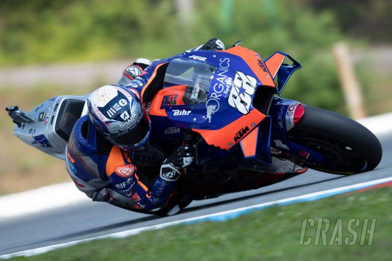 Oliveira carries momentum with top three turn, 0.048s off first