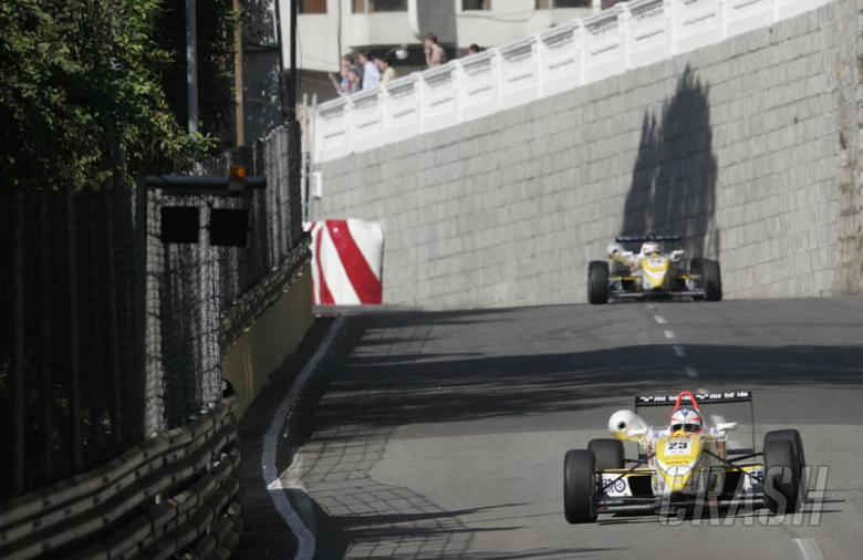 Kubica takes pole position for Macau Grand Prix.