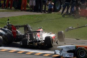 11.09.2011- Race, Crash, Vitantonio Liuzzi (ITA), HRT Formula One Team and Vitaly Petrov (RUS), Lotu