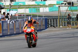 Pedrosa victorious, Marquez closes in on title