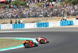 Pol 'super angry' as lap count error lets Lorenzo ahead