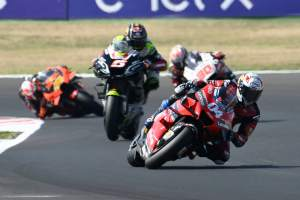 Dovizioso takes 'weird' points lead, says 'riding style doesn't work'